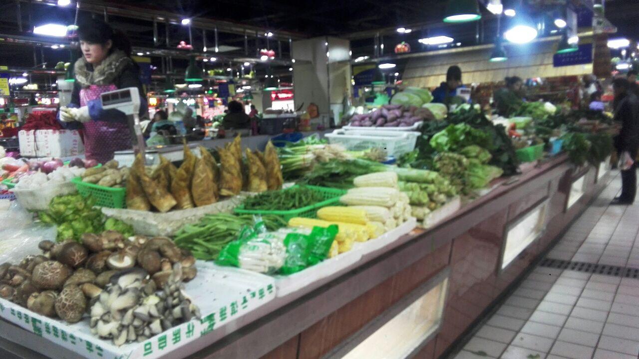 下午六点多,饱满、新鲜的蔬菜.   水果陈列排面,尤其那个高清图片